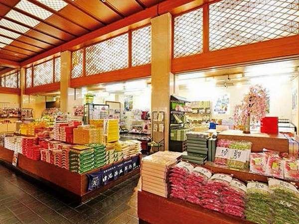 売店(営業時間8:00~20:00)地元銘菓や漬物などお勧め品を多数ご用意。