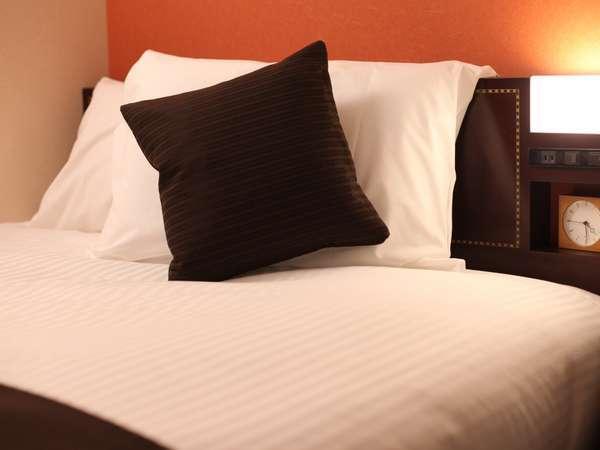 シモンズ社のベッドでゆったりとおくつろぎください