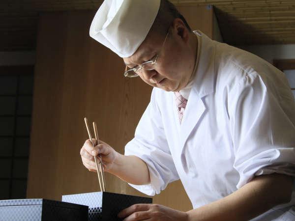 料理長が熟練の技を見せます。