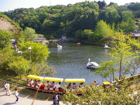 滴翠湖を一周する弁慶号