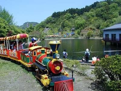 ロマンの森『滴翠湖』を一周するカラフルな機関車【弁慶号】