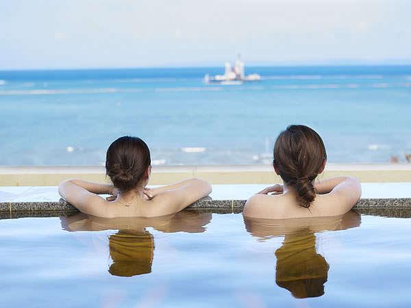 瀬長島ホテル≪龍神の湯≫名物の立湯に浸かり、目の前の海景色を眺めれば日々の疲れも飛んでいきます。