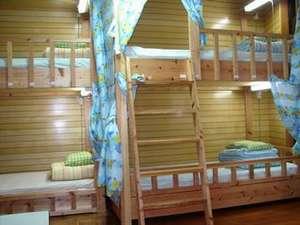 お部屋(客室一例) 各部屋とも二段ベッドが2台、ドミトリー(相部屋)と個室がございます