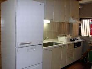 共同キッチンには冷蔵庫・電子レンジ・炊飯器・ポット・鍋・食器・などあり。自由にお使い下さい
