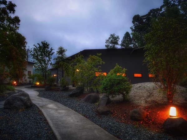 【お部屋までの外観】夕暮れ時は足元のライトが暖かい雰囲気を作ります。