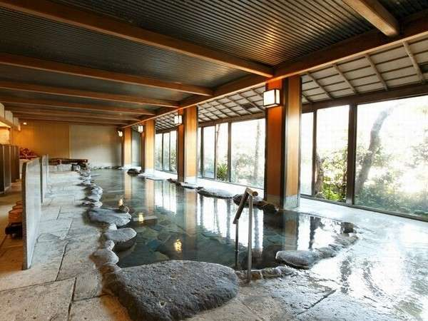 内湯【渓流の湯】大きな窓から狩野川と緑豊かな景色が見渡せます。