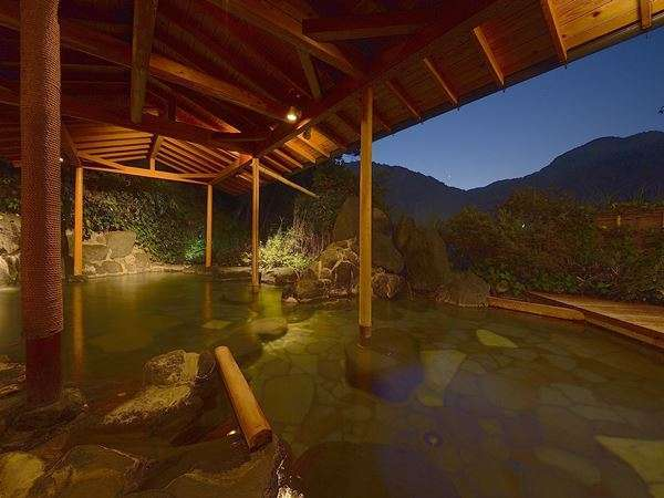 露天風呂【川の湯】狩野川のせせらぎを見渡せる石造りの露天風呂です