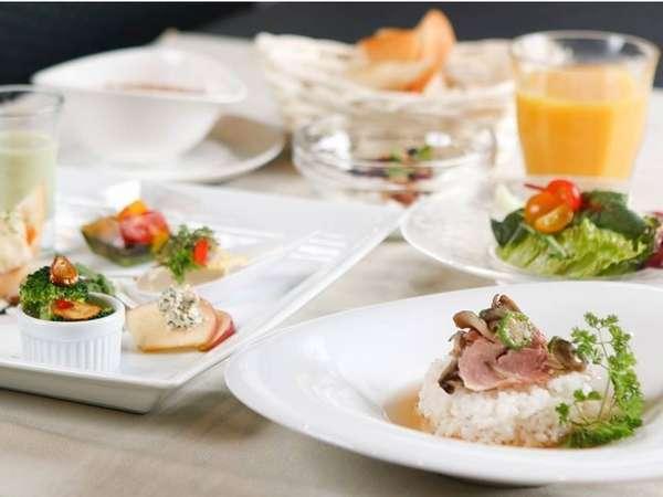 ご朝食は、おひとり様ごとにご用意させて頂くミニコーススタイルです。