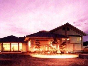 利根川のほとりに建つ夕景のヘルシーパル