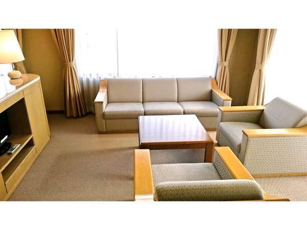 【和洋室】12畳+ツインの角部屋和洋室。写真はソファーコーナー。楽しい時間をお過ごしください。