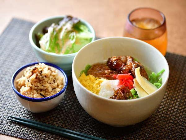 朝食は沖縄そばのバイキング♪
