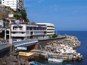 館内から眺める景色は熱海の街並み・海は絶景です
