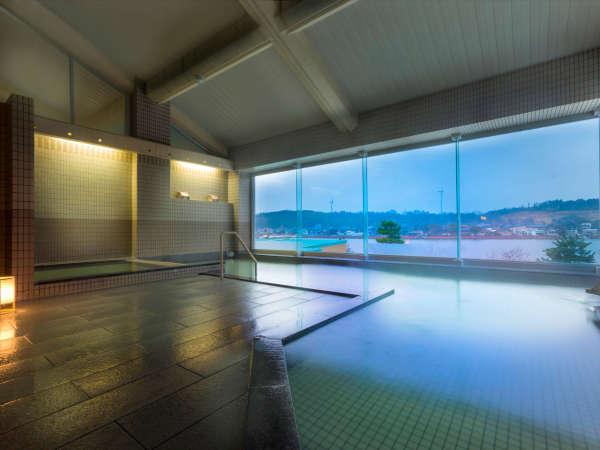 ●大浴場もレイクビューが楽しめるように開放感のある大きな窓が♪温泉に浸かって日頃の疲労を回復。