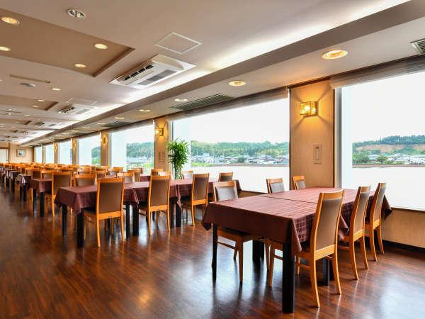 ●湖畔を眺めながら食事を楽しむレストラン