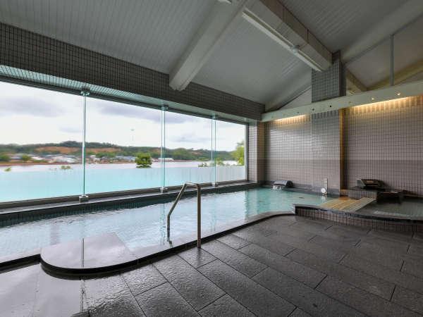 ●湖畔を眺めながら、浸かる温泉は贅沢な時間です。