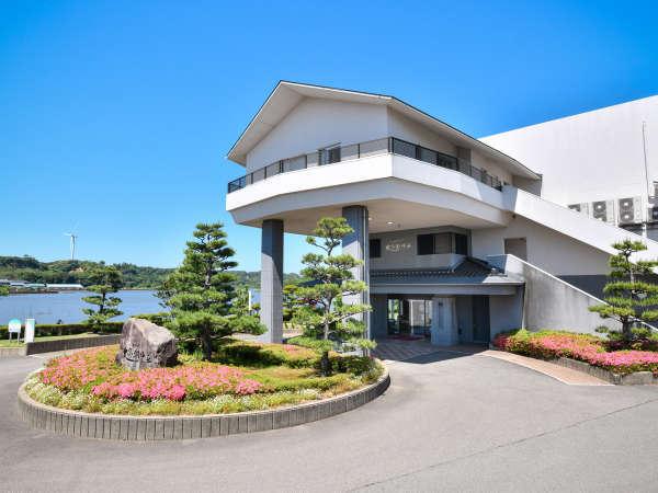 ●外観 北潟湖畔沿いに位置する当館。全室レイクビューとなっております。