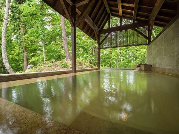 【虹の森温泉】露天風呂は、自然豊かな風景が広がります。 時間とともに異なる空の色を愉しめます。