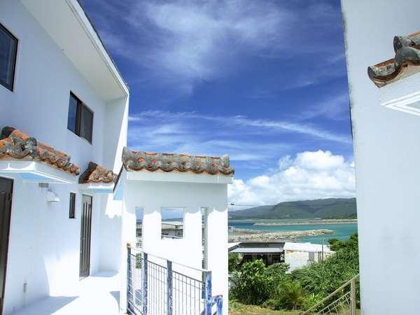 *青い空と白い壁が爽やかに調和する美しい空間