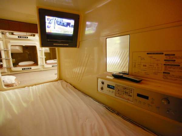 カプセル内にはテレビやコンセント、空調などが完備してあります。