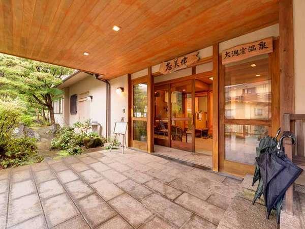 "*JR湯平駅より徒歩5分。清流花合野川と日本庭園に囲まれた全9室の宿。名物""大洞窟温泉""が人気!"