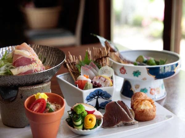 【夕食一例】旬の食材を活かしたモダンな里山懐石料理。見た目も、味も楽しめるコースとなっております。