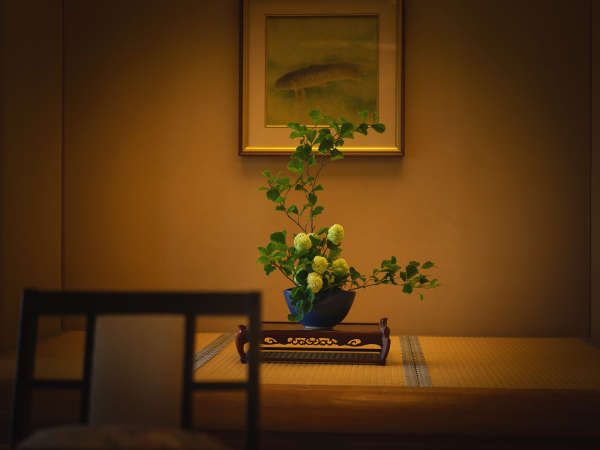 女将のこだわりで館内すべて季節の生花をいける