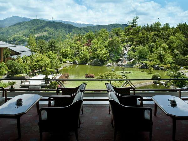 【白玉の湯 華鳳 】六千坪の庭園に包まれた小高い丘に建つ宿。静かな贅沢がここに。