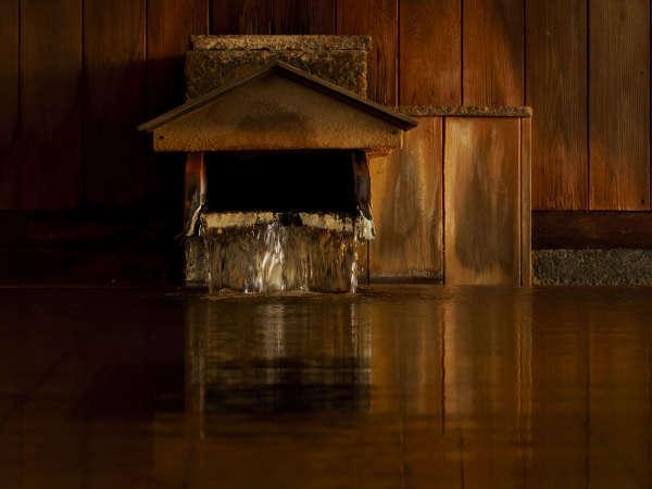 「白玉の湯」が注がれる露天風呂