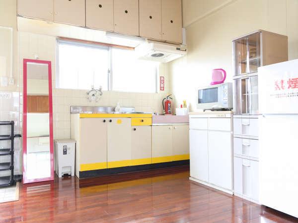 キッチン(冷蔵庫・電子レンジ・ケトル・食器類あり)