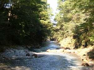 宿の下には涼しげな川(横瀬川)