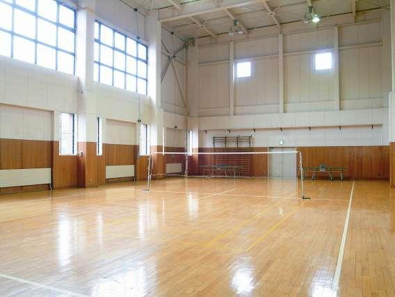 平家の宿にある体育館。バレーコート1面程度の広さ。卓球・羽球道具貸出しあり。