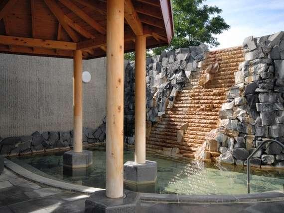 源泉はナトリウム-炭酸水素塩泉、美肌の湯とも呼ばれる天然温泉露天風呂