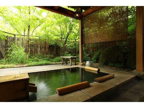 安曇野の四季を感じながら美肌の湯に浸れる露天風呂