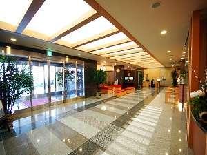 1階ロビースペース、十分な広さと和風調の落ち着いた雰囲気が特徴です
