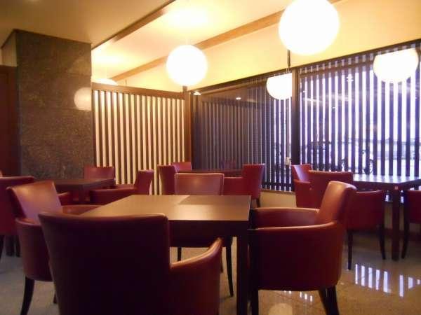 1階ロビー ラウンジスペース セルフカフェのコーヒーでどうぞご歓談くださいませ