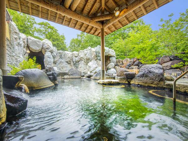 【自家源泉】紅葉や雪見など季節を感じる露天温泉風呂です。檜湯や洞窟風呂も楽しめます。