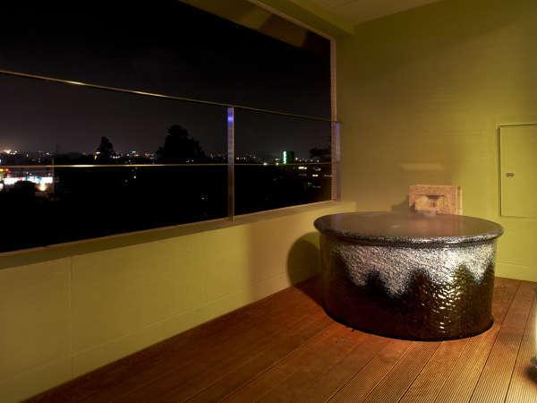 別館デラックス室(源泉かけ流し露天風呂)特注の信楽焼の風呂釜からご覧いただける富士山は絶景。