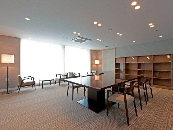 ホテル3F宿泊者専用図書室(各種新聞や観光雑誌設置)