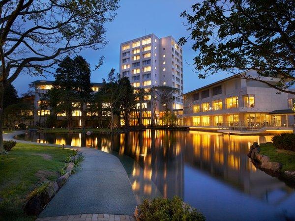 2,000坪の庭園を囲むように建つホテル&レストラン。東名御殿場ICに隣接し、都心からのアクセスも抜群。