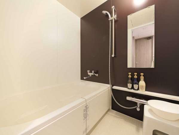 全客室、洗い場付きのバスルームです。椅子と桶もご用意しております。