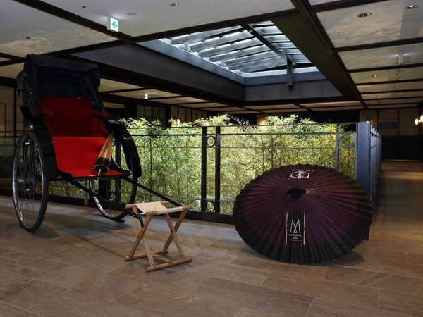エントランスにある人力車と和傘。人気のフォトスポットです。
