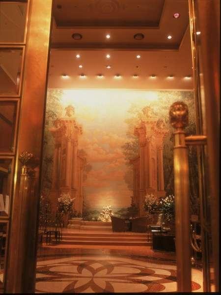 【エントランス】ホテルに入ると吹き抜けロビーの大壁画がお出迎え
