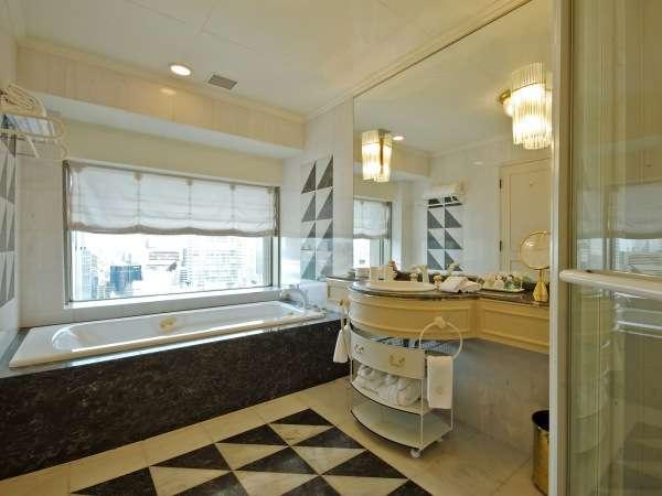 【禁煙パレスイート】独立シャワーブースを設置。バスルームの窓からは都会の眺望を望めます