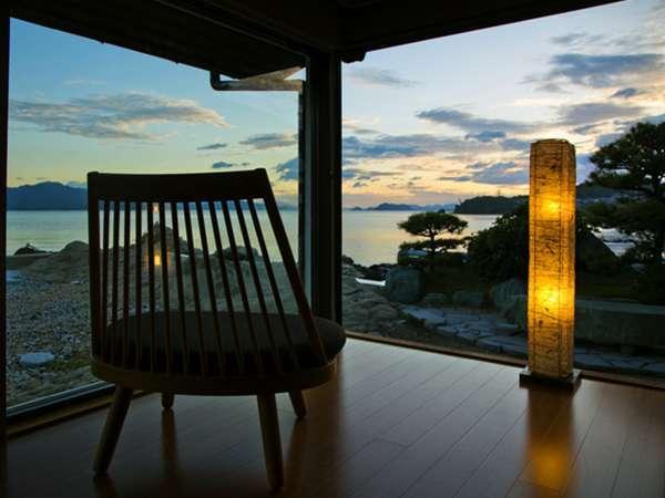 黄昏時はいつもココに。染まりゆく空と海とのグラデーションを眺めながら、ココロ静かなひとときを♪