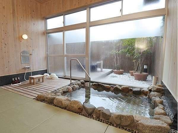 露天風呂と内湯のどちらも楽しめる貸切風呂「癒~羅(ゆ~ら)」