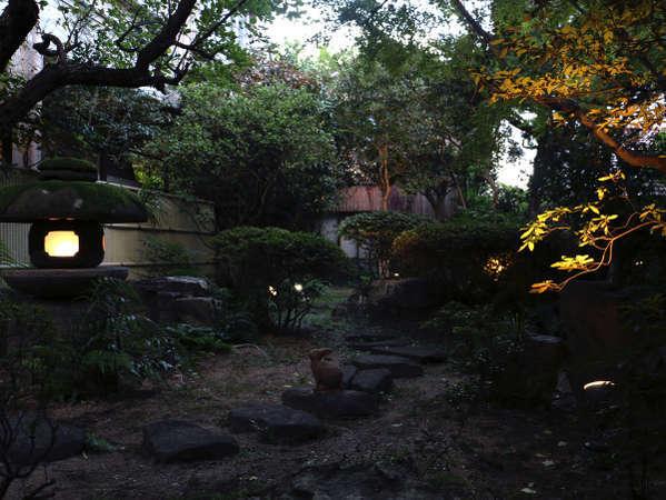 中庭を見ながら静寂の時間をお過ごしください