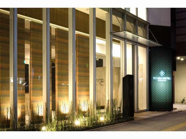 エントランス      昭和通り沿いのガラス張りの建物です。