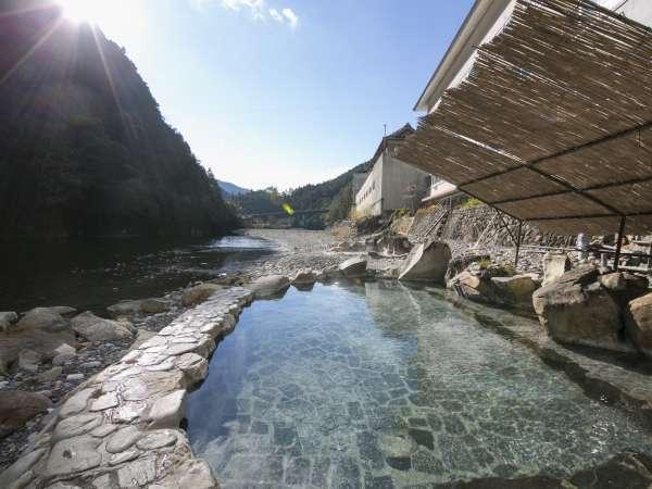 川のすぐ横に露天風呂がございます。