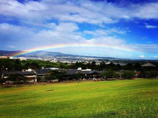 宿目の前の若草山。興福寺五重の塔から大仏殿にかけて虹。ステキな1日が始まる予感