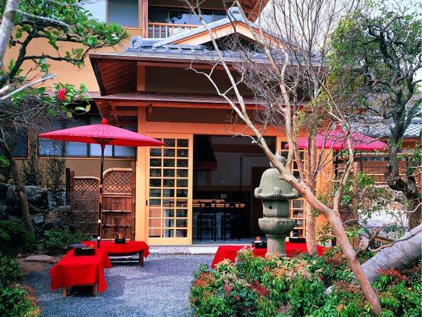 ・正面玄関脇【しらゆき】赤い野点傘が目を引きます。